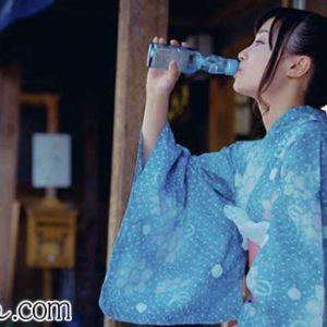 ラムネを飲む女性
